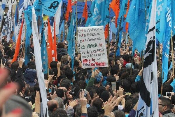 """Seguidores de la expresidenta argentina Cristina Fernández de Kirchner la escuchan este miércoles 13 de abril, tras su declaración en los tribunales de Comodoro Py en Buenos Aires. Fernández aseveró que el suyo """"no es el único caso"""" de una """"expresidenta perseguida"""" en el país.   EFE"""