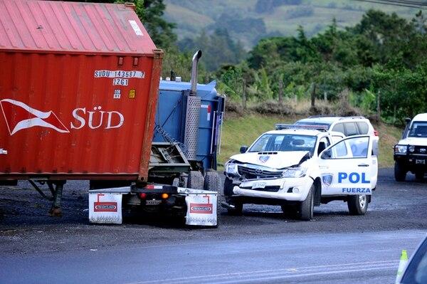 Ambos contenedores fueron detenidos en la ruta 32 pero en distintos puntos: uno en San Isidro de Heredia, luego de chocar con una de las patrullas y, el otro, en el cruce a Río Frío. | ALONSO TENORIO Y REINER MONTERO.