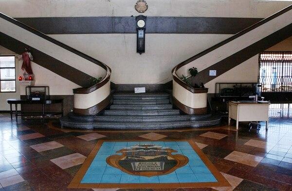 Al fondo, el reloj marca Seth Thomas de la estación del ferrocarril al Pacífico antes de su restauración. Foto: Marvin Caravaca.