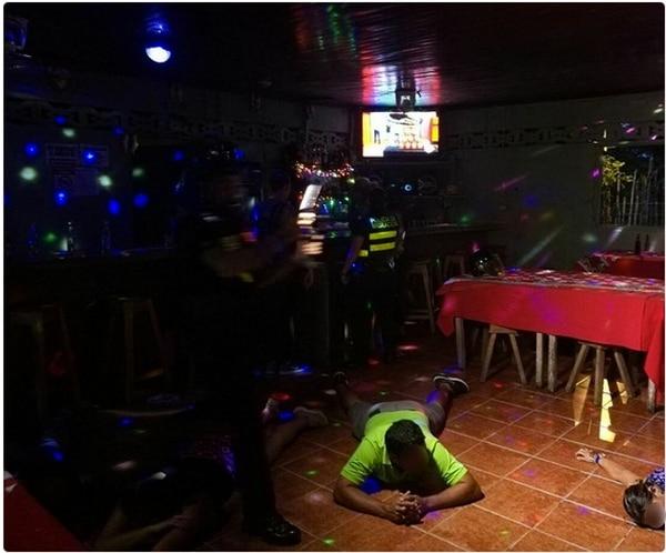 Un hombre y una mujer fueron los primeros detenidos luego de que la Policía allanó el bar.
