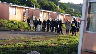 Policía desaloja a precaristas que invadieron 95 casas de interés social en Chomes