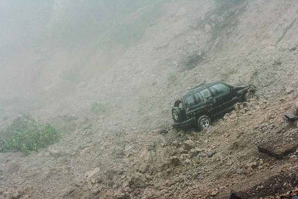Un vehículo y motocicleta cayeron al hueco de unos 75 metros de largo por tres de ancho.