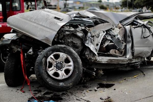El Toyota quedó con pérdida total y para removerlo se tardaron varias horas. Foto: Alonso Tenorio.