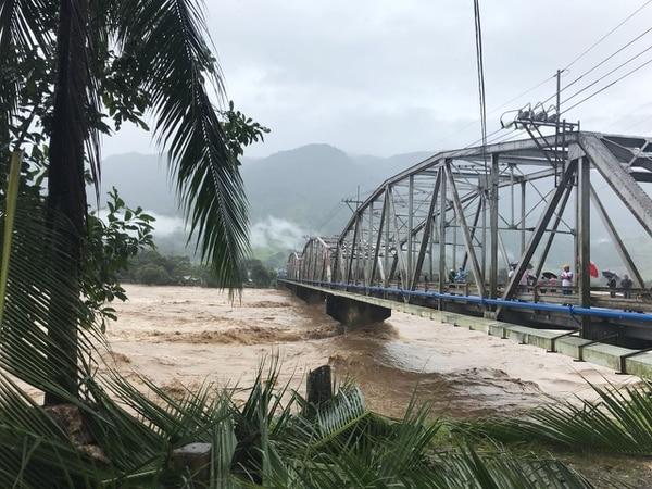 El río Grande de Térraba en horas de la mañana del jueves 5 de octubre. Su desbordamiento dejó incomunicada a Ciudad Cortés.