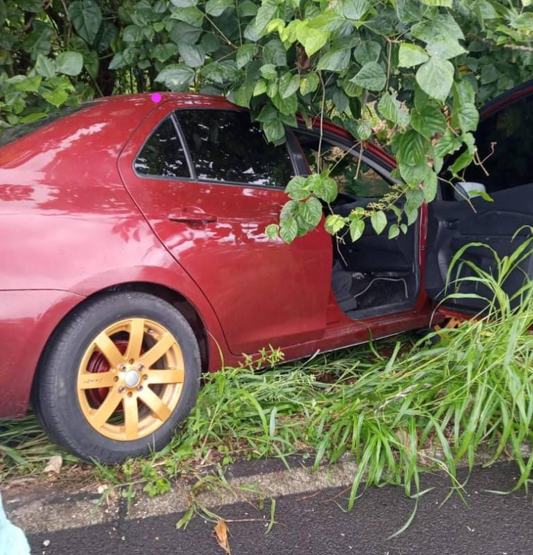 Al parecer los homicidas escaparon en este carro que fue hallado dentro de un cultivo de Melina. Foto: Reiner Montero