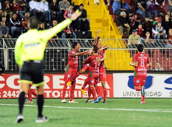 Los jugadores de Carmelita celebran el segundo gol del partido, el que les aseguró la victoria ante Alajuelense y de paso el sorpresivo liderato en el Campeonato de Verano. | EYLEEN VARGAS