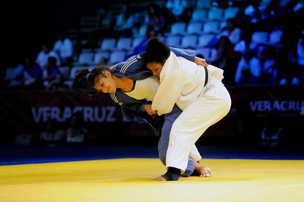En el combate contra la dominicana Luisa Jiménez, la costarricense Karina Tapia (de azul) intentó avanzar a la final de la categoría -57 kg, pero fue derrotada por la antillana.   MELISSA FERNÁNDEZ