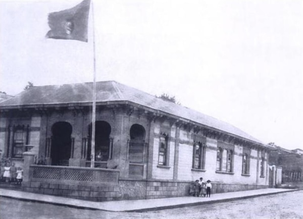 Casa de Mariano Álvarez Melgar, en barrio Amón, hacia 1912. Foto tomada de 'En el barrio Amón', de Florencia Quesada. Fotografía: Andrés Fernández para LN..