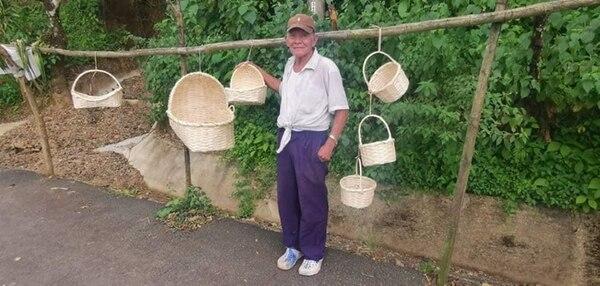Joaquín Hernández, de 74 años, en Quitirrisí de Mora nos ofrece sus productos a los turistas. Fotografía: Cortesía