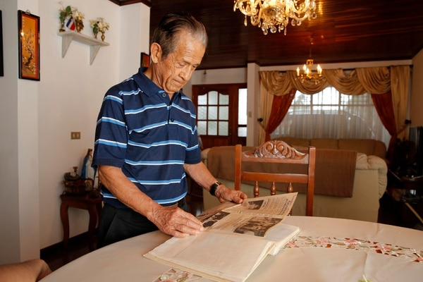 William Céspedes guarda en un fólder las cartas que le enviaron durante su recuperación tras el atentado de La Penca. Actualmente, mira el atentado con distancia. Foto: Mayela López