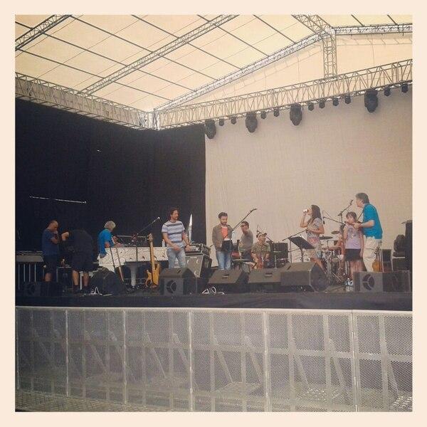 Preparativos para el concierto de Malpaís en la Antigua Aduana