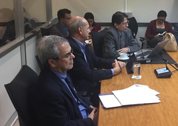 Especialistas del IICE expusieron, este miércoles, el informe fina del estudio actuarial hecho al fondo de pensiones de la Corte. De izquierda a derecha, el actuario Ronald Cartín y los economistas Max Alberto Soto y José Antonio Cordero.
