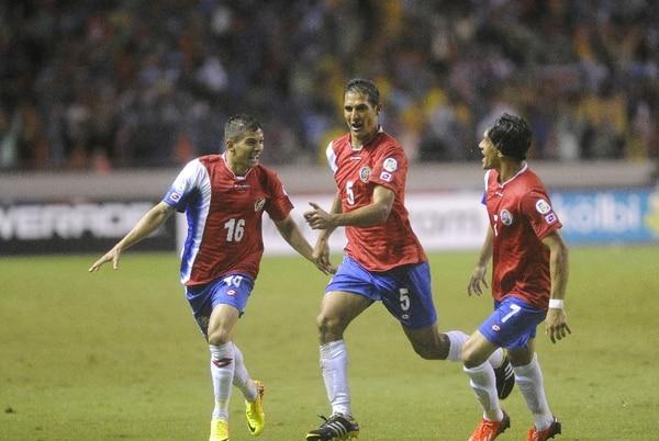 Celso Borges (5) celebra con Cristian Gamboa (16) y Cristian Bolaños su gol del martes ante Panamá. / Meylin Aguilera