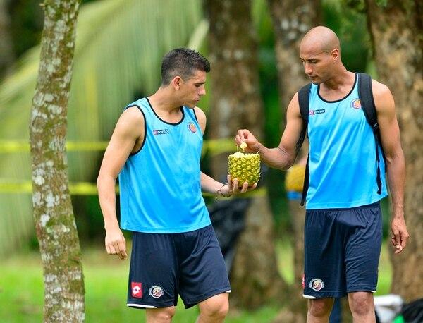 Johnny Acosta y Carlos Johnson comieron piña. | RAFAEL PACHECO