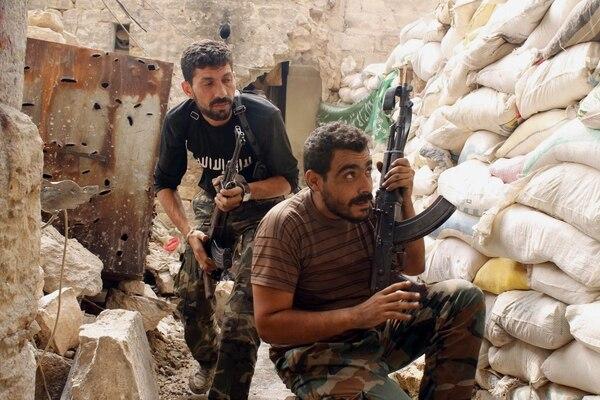 Opositores sirios se enfrentan a las tropas del régimen de Asad, este jueves en Alepo. Los combates se han intensificado en el casco histórico de la segunda ciudad más importante de Siria.