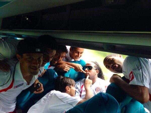 Bryan Ruiz publicó una foto de los seleccionados de Costa Rica en el bus que los trasladó desde Guápiles.