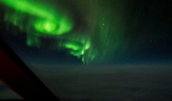 Fotografía de la aurora boreal en Canadá, capturada por el piloto André Quirós, quien también es fotógrafo profesional.