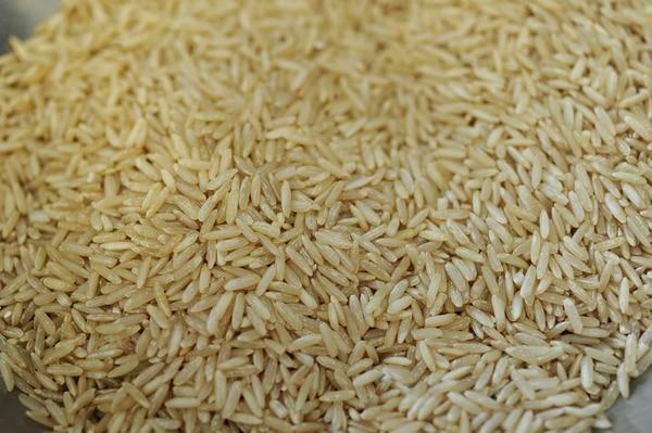 La adición de productos (pastas, salsas y otros) como regalía en la venta de arroz se estima una competencia desleal porque está prohibida. También impacta a la produccón local, pues generalmente se usa grano importado más barato. Foto: Melissa Fernández