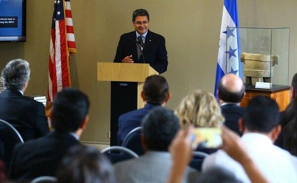El presidente hondureño, Juan Orlando Hernández, pronunció este lunes un discurso durante la presentación de un libro en Tegucigalpa.