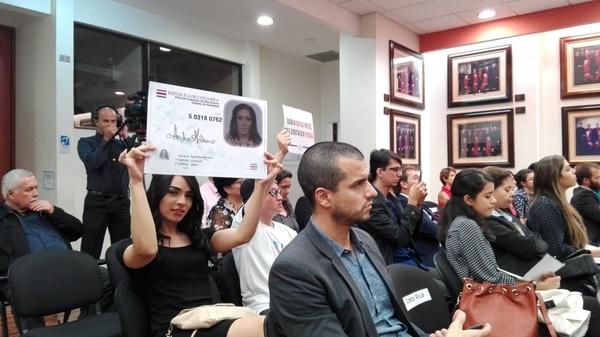 Durante el segundo día de la audiencia y en silencio, activistas mostraron carteles ante los jueces.