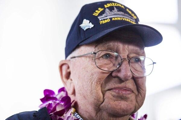 Imagen de Lauren Bruner tomada el 7 de diciembre del 2014, durante el 73.° aniversario del ataque a Pearl Harbor. Este sábado, los restos del infante de marina reposarán en la nave hundida. Foto: AFP.