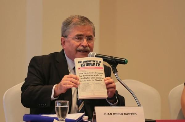 Juan Diego Castro, candidato del PIN, se presentó, la mañana de este sábado, ante un grupo de observadores internacionales y aprovechó para entregarles un libro. Foto: Alonso Tenorio