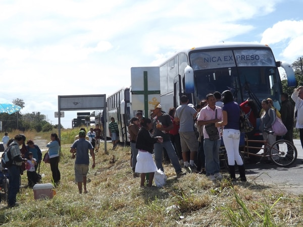 Ayer, este grupo de viajeros se bajó en las oficinas de Migración, en Liberia, para completar los trámites migratorios. De esa forma, lograron pasar la frontera de forma expedita.   CARLOS VARGAS