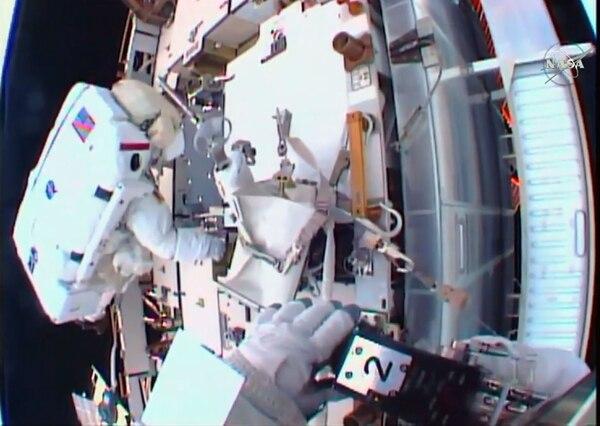 La caminata espacial estuvo a cargo de los astronautas Shane Kimbrough y Peggy Whitson.