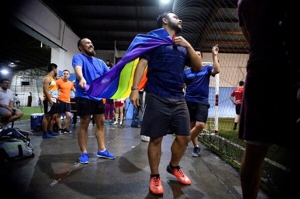 Arnold Bustos, de Tibás, se divierte con Sergio Picado, oriundo de San Carlos, mientras le llega el turno de volver a jugar al equipo azul. Foto: de Diana Méndez.