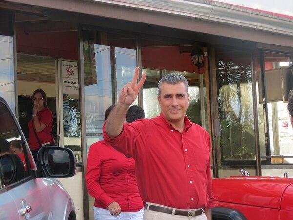 Otto Guevara a la salida de la Soda La Guaria, en Aguas Zarcas de San Carlos, donde almorzó con su equipo de trabajo. Carlos Hernández para LN