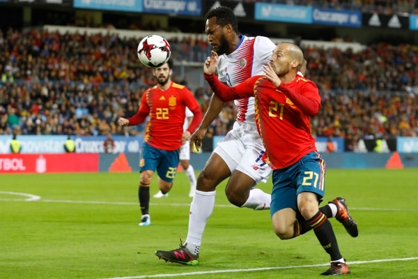 Kendall Waston (izquierda) intentó detener a David Silva (derecha) en el duelo entre España y Costa Rica, que terminó 5 a 0 a favor de los ibéricos. Fotografía: AP