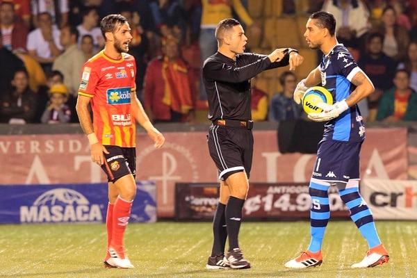 Herrera le pide a Kevin Briceño que cobre rápido el saque de puerta. Fotografía: Rafael Pacheco