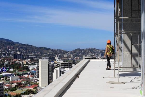 En el piso 18 del rascacielos también se ubicará un restaurante, que estará justo en este balcón. Foto: Rafael Pacheco