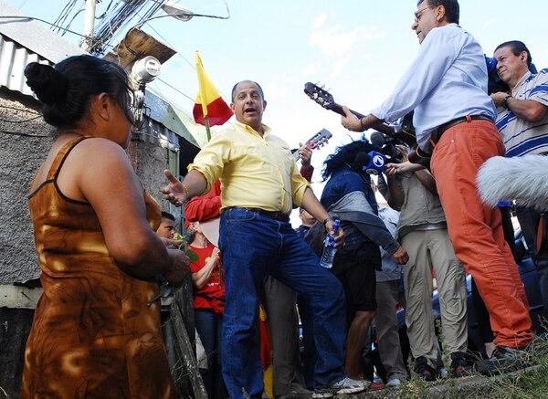 El candidato del PAC, Luis Guillermo Solís, le cantó a Elia Mercedes Mena, como parte de la celebración del Día Internacional de la Mujer. | MARIO ROJAS
