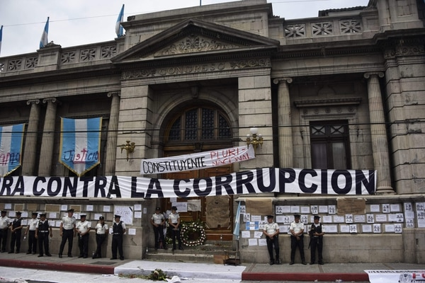 El Congreso custodiado por la Policía durante una protesta para demandar la renuncia del entonces presidente Jimmy Morales, el 15 de setiembre del 2017, en Ciudad de Guatemala.