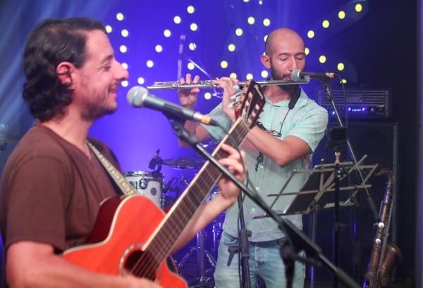 Hugo Villa y Nelson Ramírez se encargaron de la guitarra y los instrumentos de viento durante su participación en Viva la Música. Foto: John Durán.