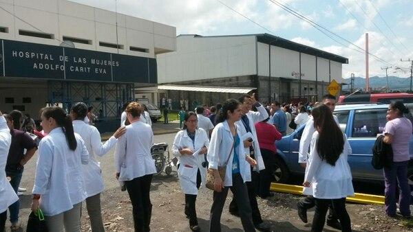 El humo obligó a evacuar el centro médico.