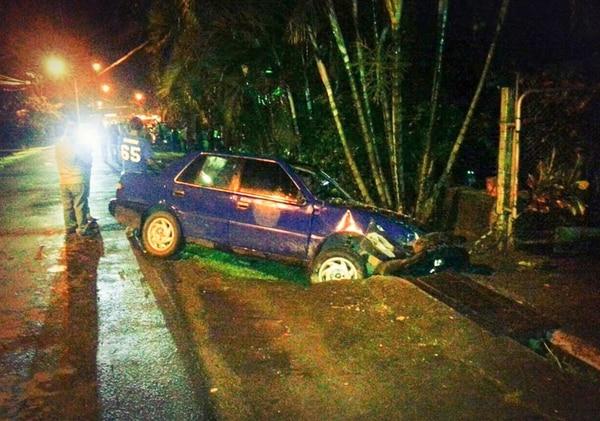 Uno de los vehículos se salió de la calzada, tras el golpe. | REINER MONTERO.
