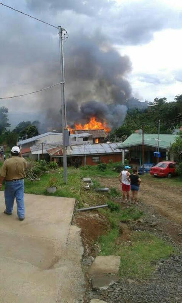 Enormes columnas de humo y llamas se notaban a lo lejos en Sabanilla de Alajuela. La casa de 170 metros cuadrados se quemó en su totalidad.