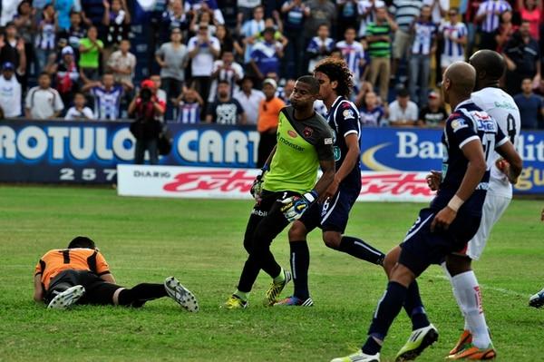 El portero Patrick Pemberton (centro) sufre la eliminación de la Liga del Torneo de Verano 2013. Alajuelense perdió en casa del Cartaginés y quedó fuera, por solo un punto de diferencia respecto al Municipal Pérez Zeledón. | ARCHIVO