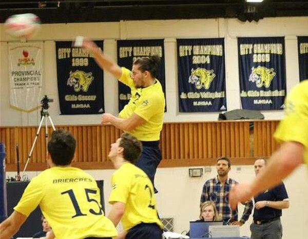 Javier Álvarez, quien remata al fondo, además de jugar voleibol para la universidad de Briercrest en Calgary, Canadá estudia psicología.
