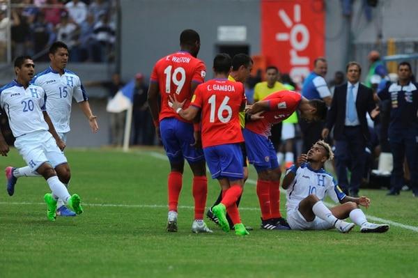 Celso Borges reclama a Mario Martínez durante el partido entre Honduras y Costa Rica.