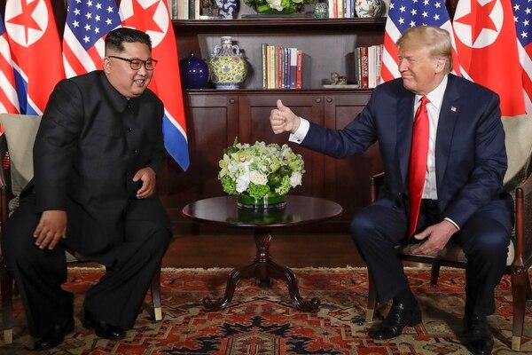 Kim Jon-un (izquierda) y Donald Trump en el inicio de su encuentro en la isla de Sentosa, Singapur, este martes 12 de junio del 2018.