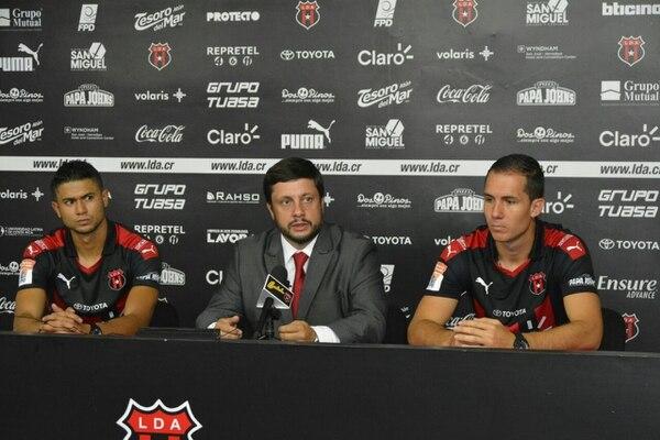 Federico Calderón presentó a Seemore Johnson y a Álvaro Aguilar como los nuevos defensas de Alajuelense.