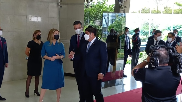 El jefe del gobierno español, Pedro Sánchez, fue recibido en Casa Presidencial por el presidente Carlos Alvarado y la primera dama Claudia Dobles. Foto: Josué Bravo