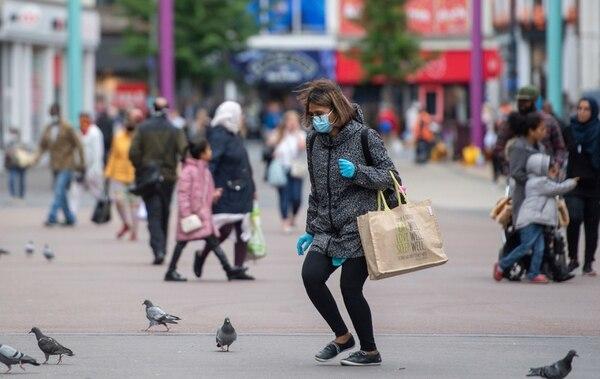 Una mujer hizo compras y se desplazó por Humberstone Gate en Leicester, Inglaterra, este lunes 29 de junio del 2020.