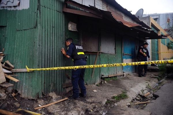 La Fuerza Publica acordonó la escena a la espera de los agentes del OIJ. La víctima quedó dentro de este bar clandestino.