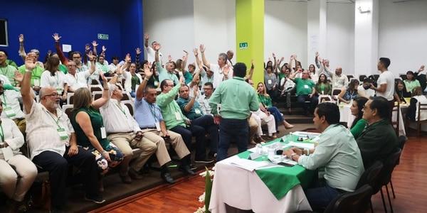 Momento en que 89 asambleístas del PLN ratifican a Rolando Rodríguez como candidato a alcalde por Cartago. Foto: Cortesía.