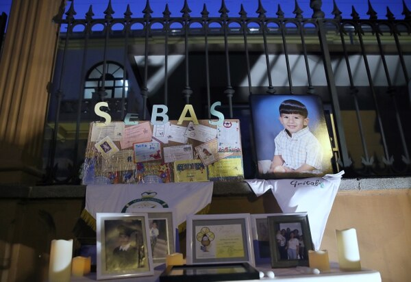 El lunes 5 de marzo, un grupo de 200 personas, aproximadamente, realizó una vigilia en las afueras del Liceo de Costa Rica para recordar a Sebastián Díaz, estudiante que fue atropellado por el tren el miércoles 28 de febrero. Fotografia: John Durán