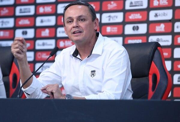 Ver a Alajuelense libre de deudas tiene tanto valor para Fernando Ocampo como la misma obtención de un campeonato, pues garantiza el futuro del equipo. Fotografía: John Durán